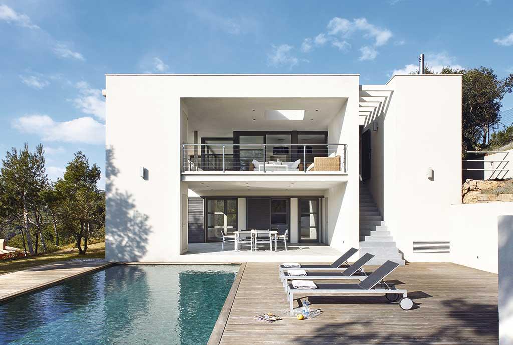 decorar-con-luz-mediterranea-piscina